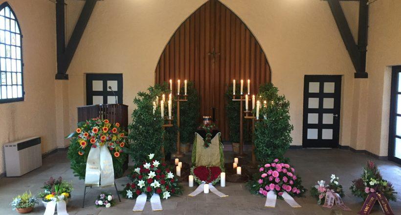 Urne mit Kerzen