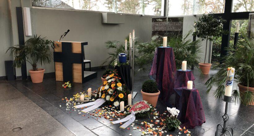 Urne und Blütenblätter