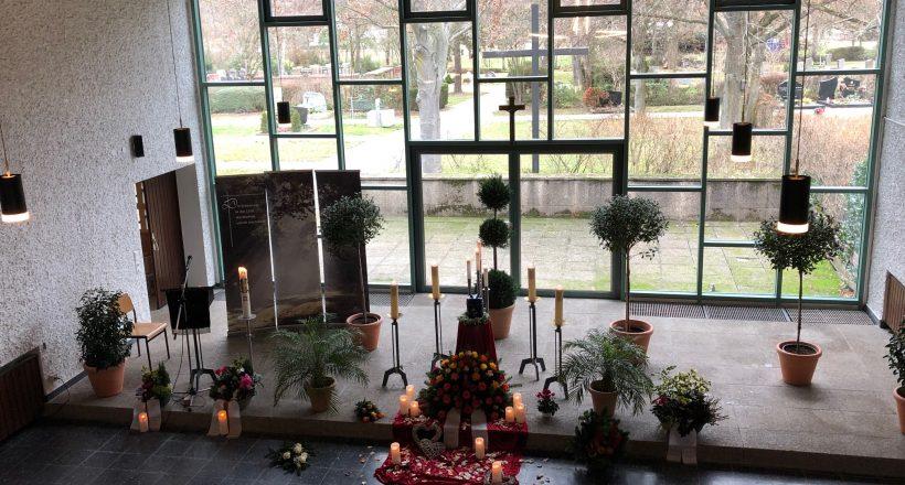 Rosenblätter und Urne