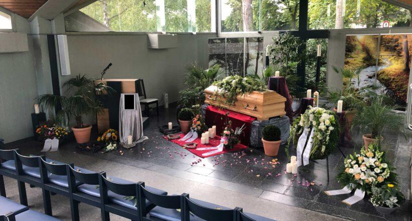 Sarg, Kerzen und Rosenblätter